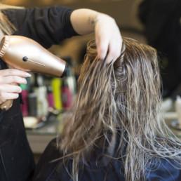 Kvinne blir fønet frisør askim