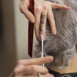 Herre blir klippet frisør askim
